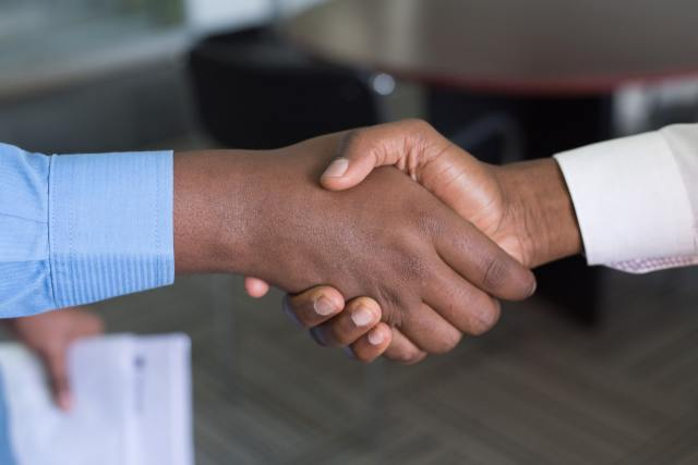 How to become a freelance social media manager: handshake